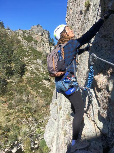Via ferrata - Vanessa dans l'effort à flanc de falaise