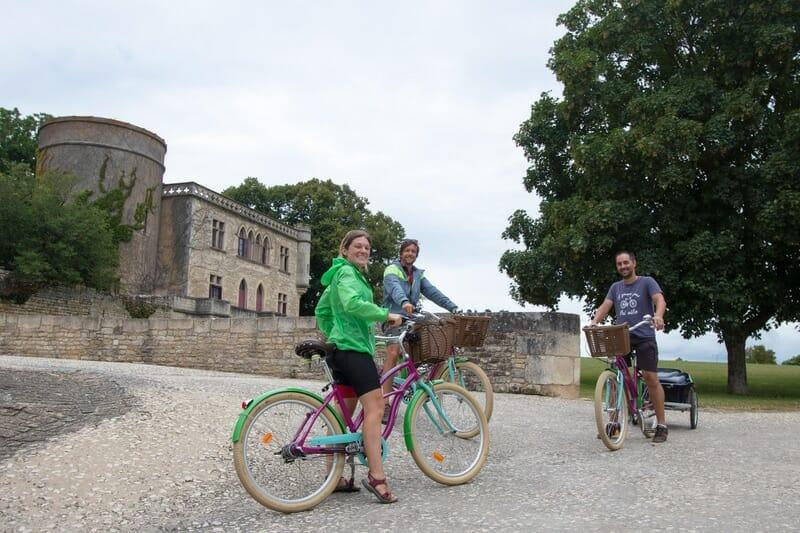 Mila et Denni du blog un Monde à Vélo et leur guide Damien