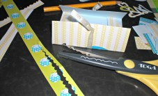 Decoración cintas y tijeras de formas