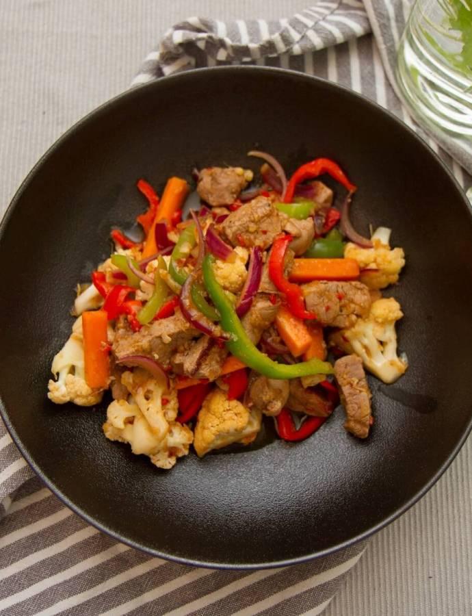 Wok med saus av ingefær, hvitløk og chili