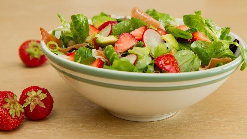 Salat med jordbær og spekeskinke