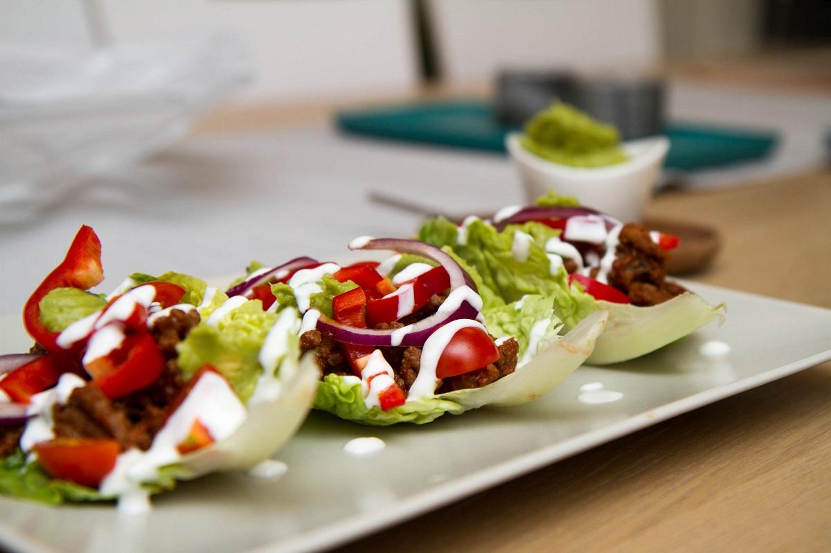 Sunn hverdagstaco servert i salatblader