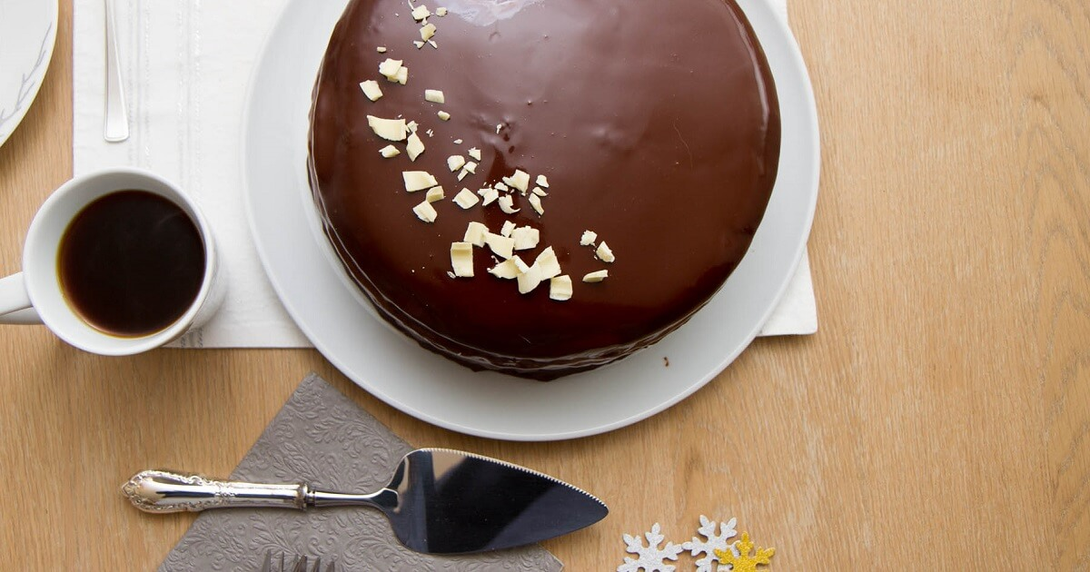 Glasert sjokoladekake med bringebærmousse