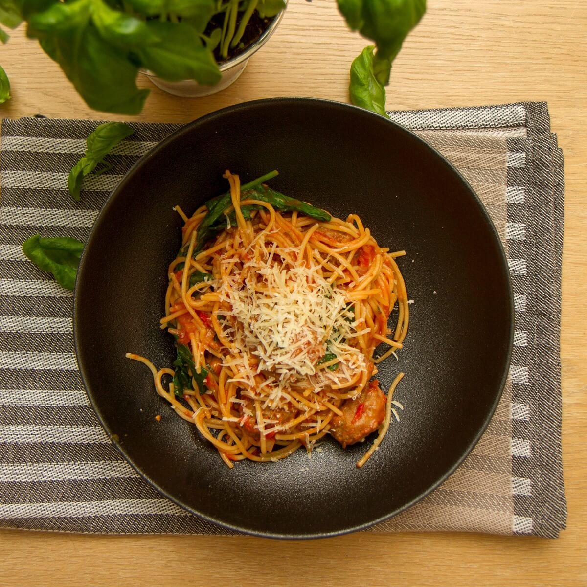One pot pasta med kjøttboller - servert med parmesan