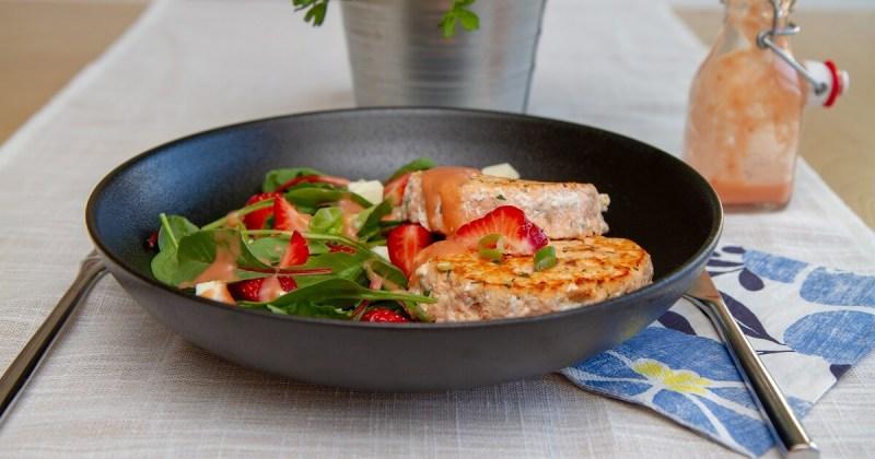 Enkel lakseburger med jordbærsalat