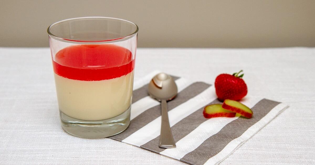 Panna cotta med jordbær og rabarbrasaus