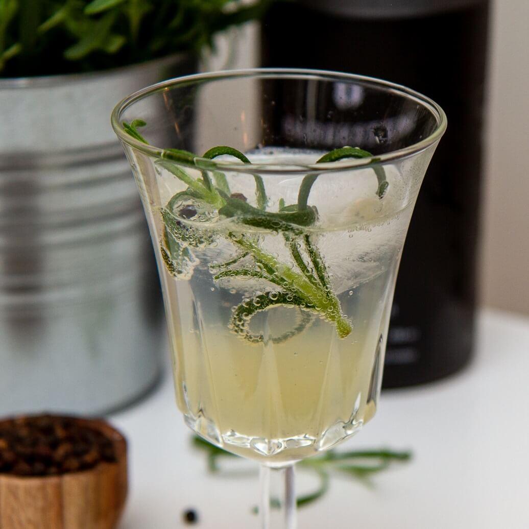 Gin & tonic med rosmarin og pepper