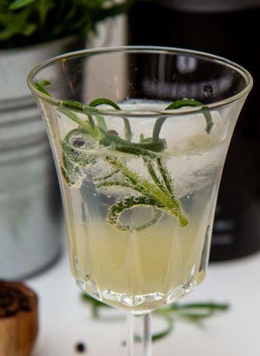 Gin and tonic med rosmarin og pepper