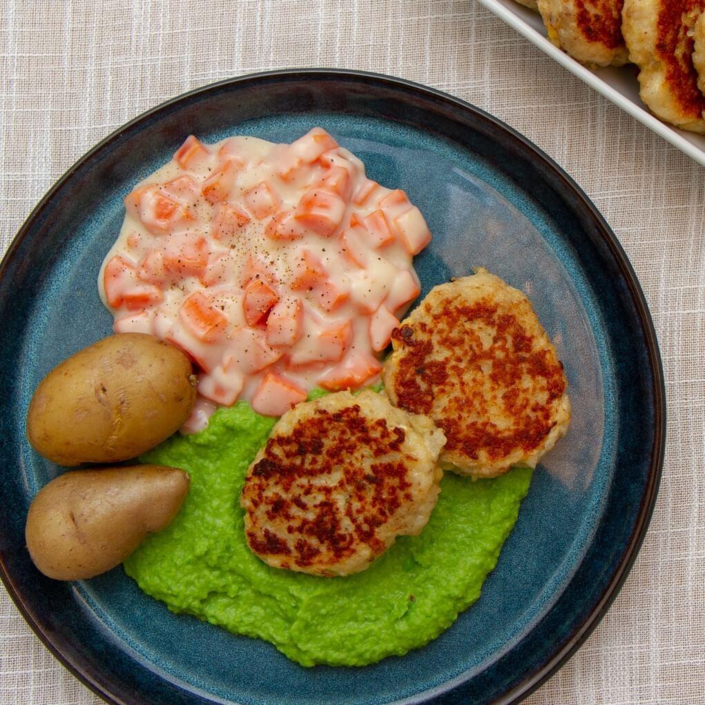 Fiskekaker med ertepure og gulrotstuing