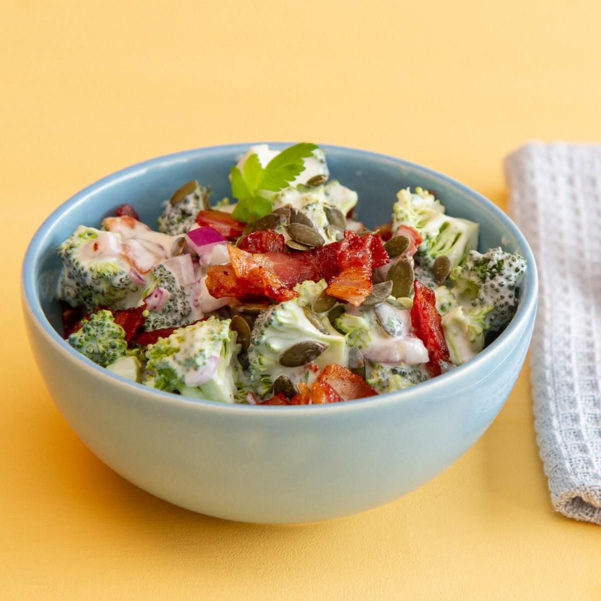 Brokkolisalat med bacon og gresskarkjerner