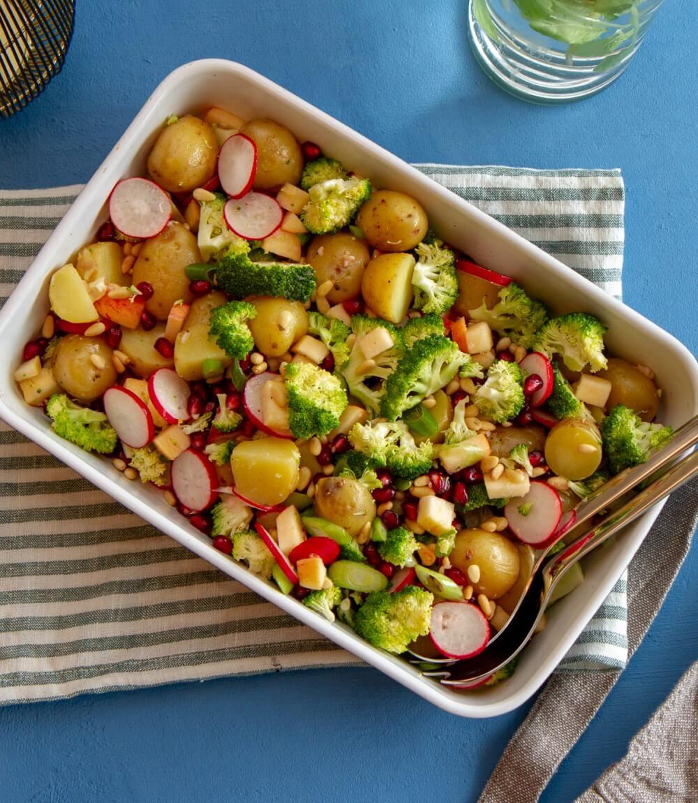 Lun potetsalat med brokkoli og granateple