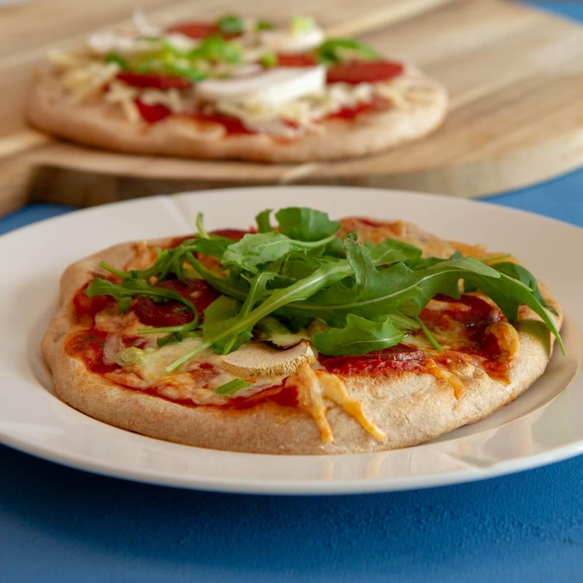 Pitapizza med pepperoni og ruccola