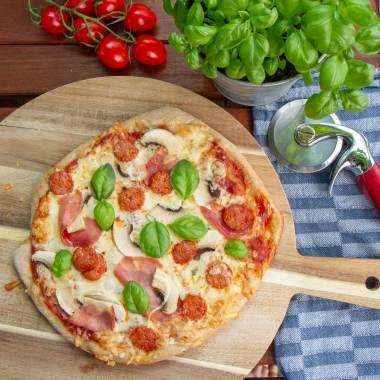 Eltefri pizza med skinke, sopp og pepperoni