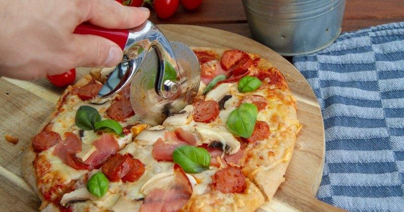 Pizza med skinke og pepperoni