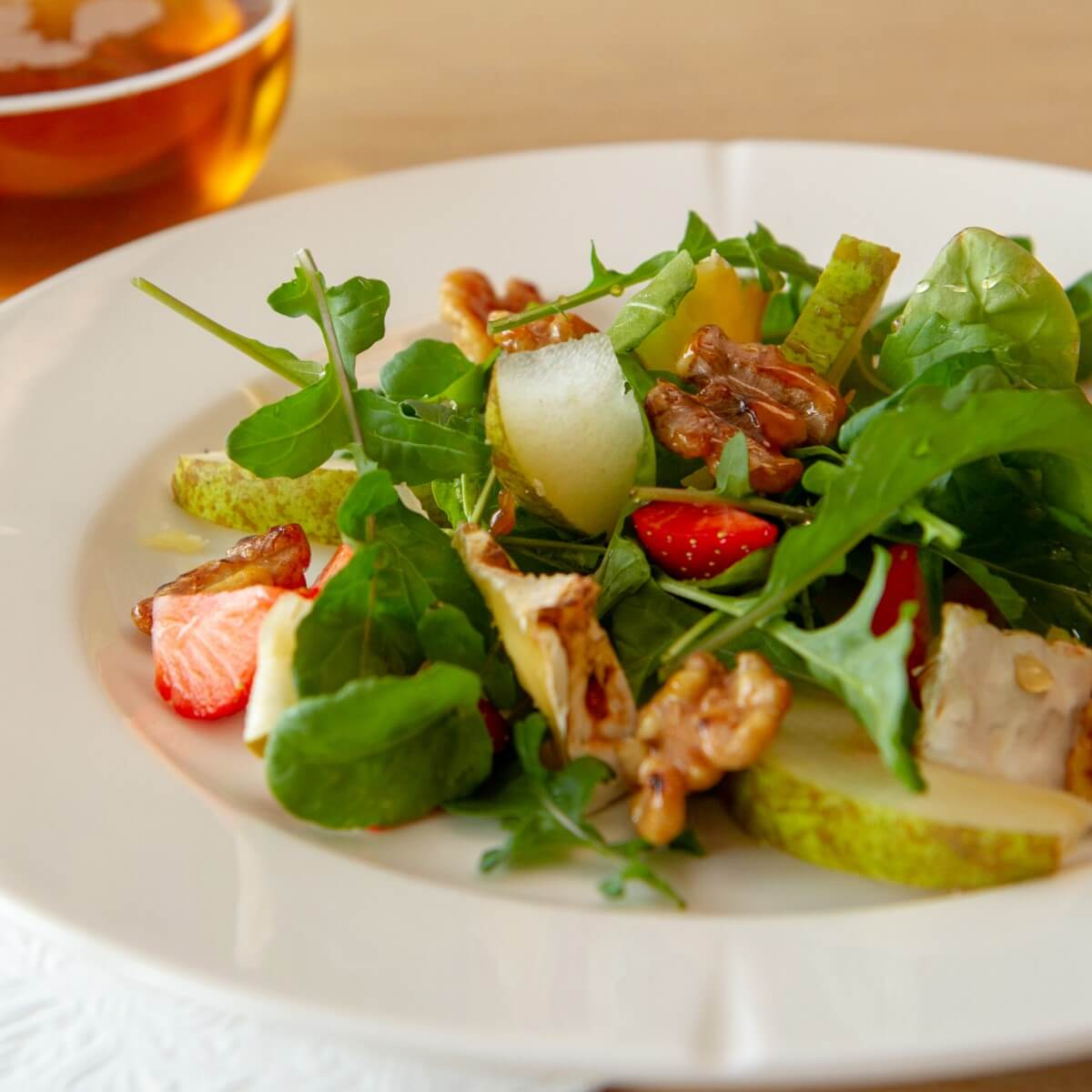 Ruccolasalat med pærer, chevre og honningglassert valnøtter