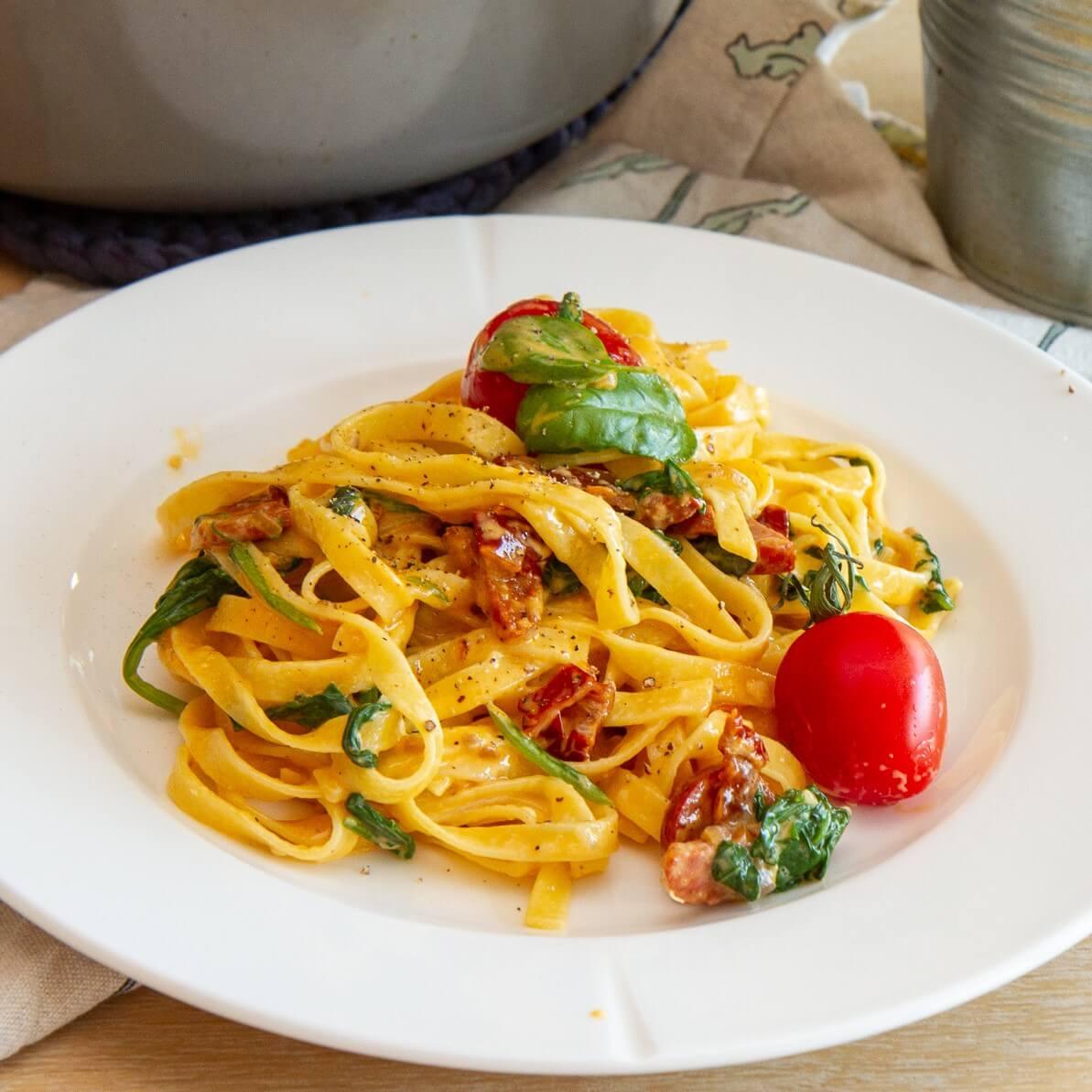 Tagliatelle med chorizo og soltørkede tomater