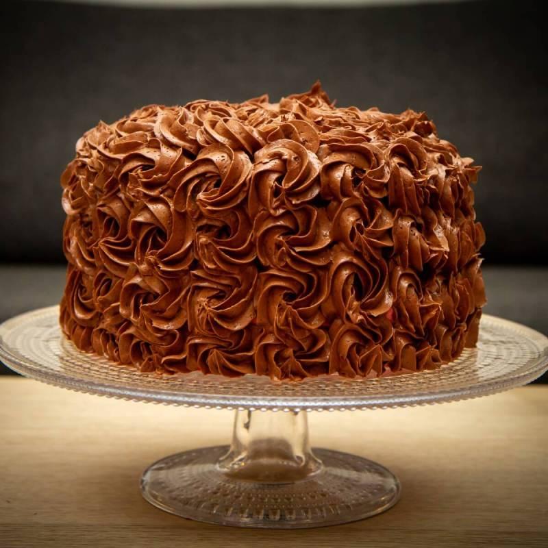 Høy sjokoladekake med bringebærmousse