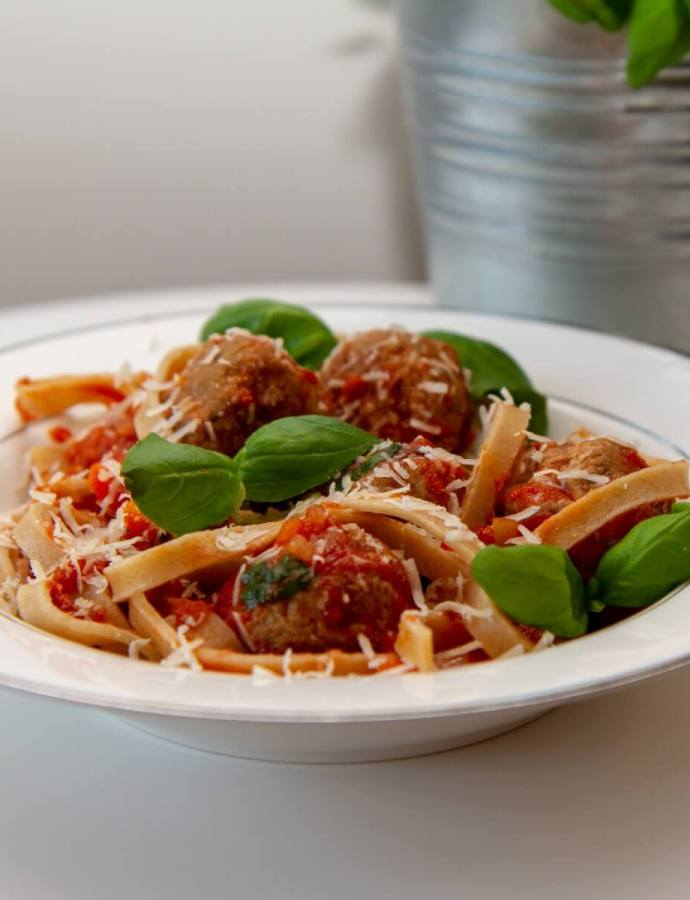 Pasta med kjøttboller i tomatsaus