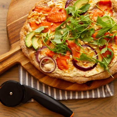 Hvit pizza med røkelaks og ruccola