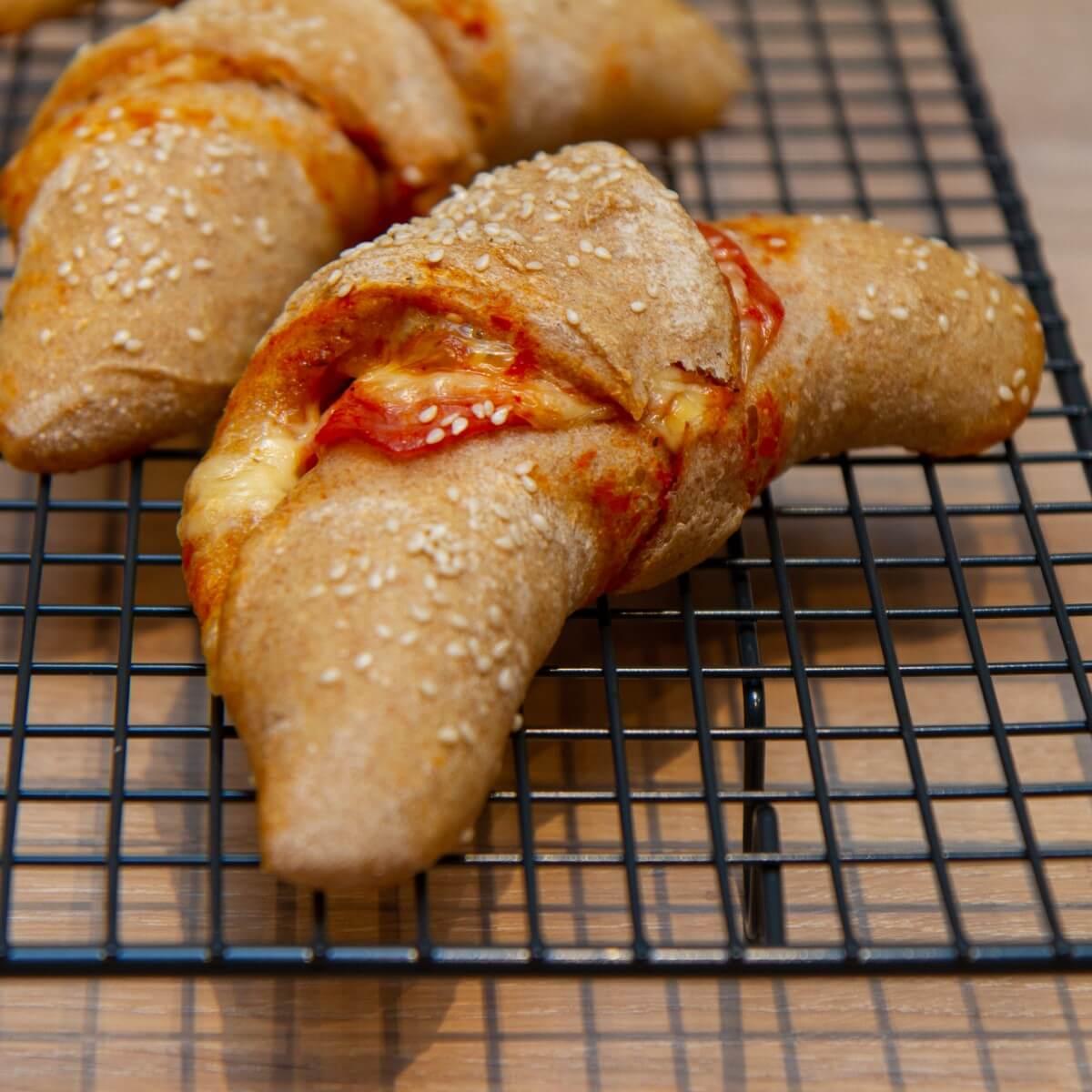 Surdeigshorn med ost og skinke
