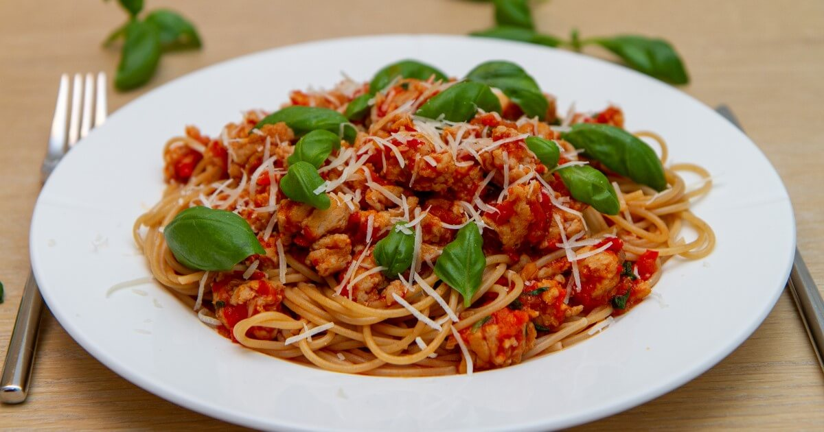 Spagetti og kjøttsaus av kyllingkjøttdeig