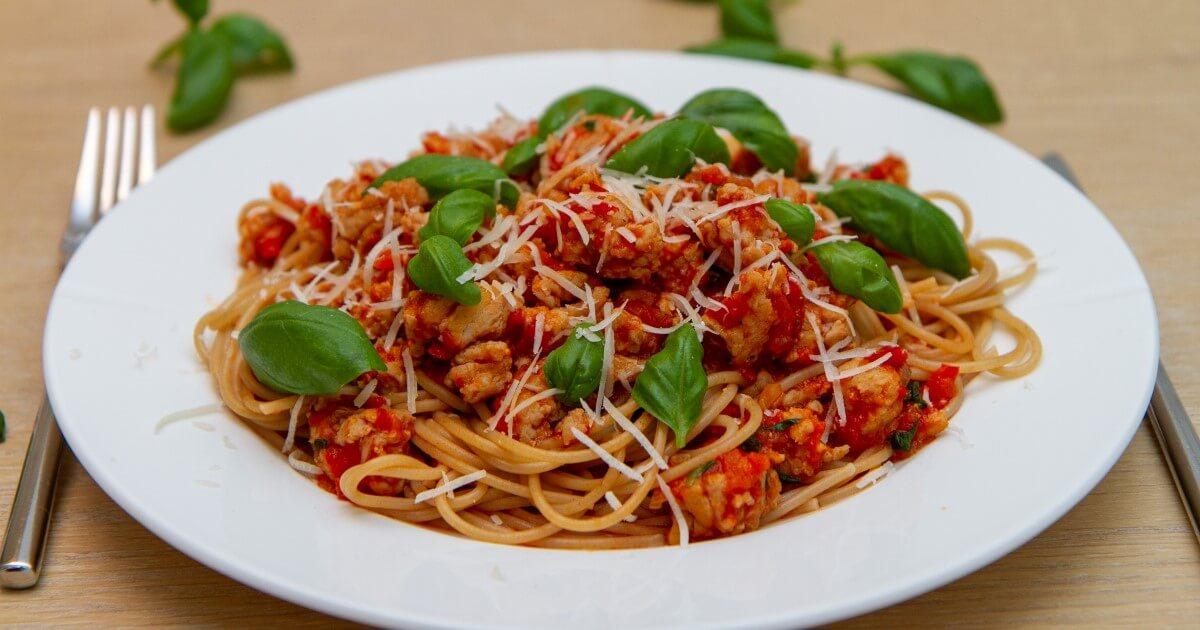 Spagetti med kjøttsaus av kyllingkjøttdeig