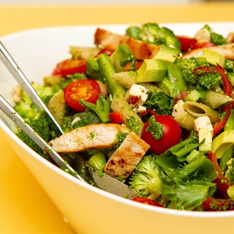 Kyllingsalat med grønn pesto