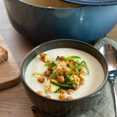 Blomkålsuppe med sprøstekte kikerter og purre