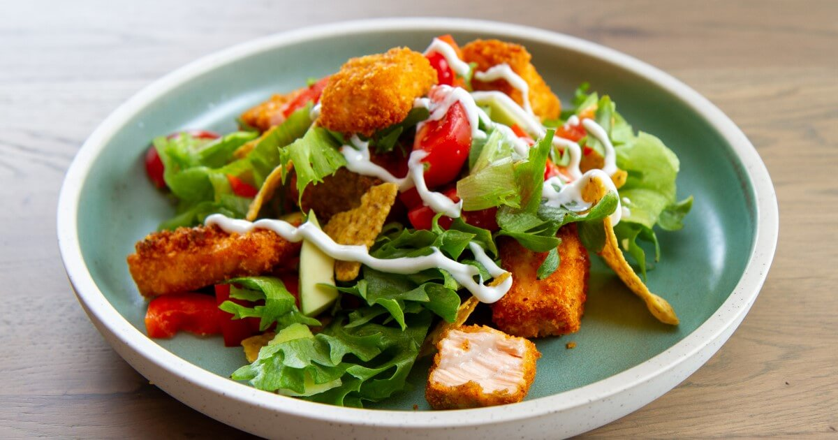 Salat med sprø laksebiter