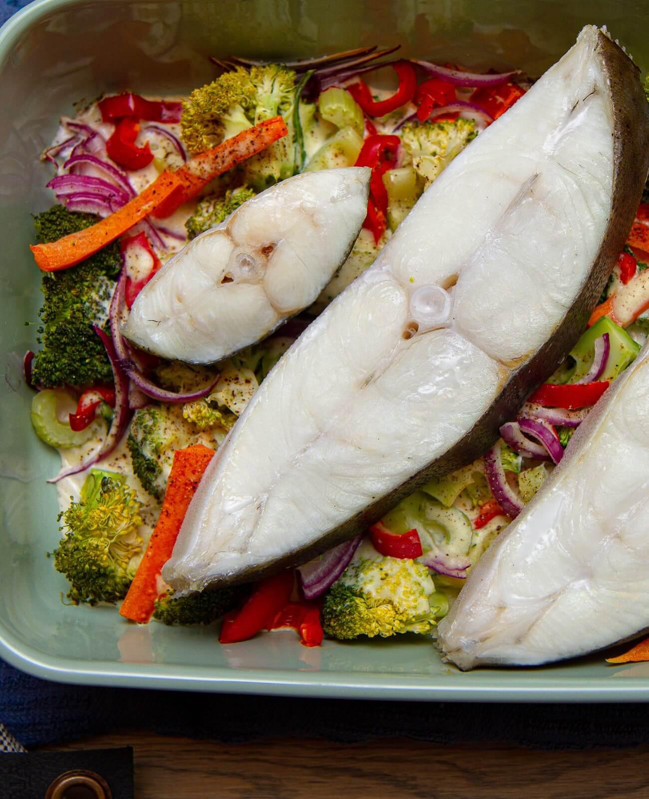 Ovnsbakt kveite med grønnsaker i fløtesaus