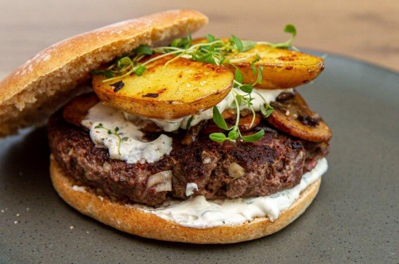 Elgburger med sprø poteter og skogsrømme