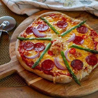 Pizza med chorizo og asparges