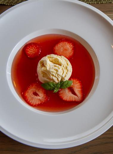 Rabarbrasuppe med jordbær og vaniljeis