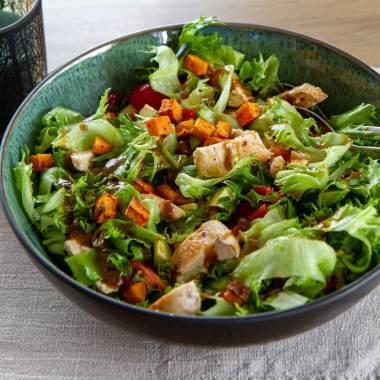 Kyllingsalat med ovnsbakt søtpotet og vinaigrette