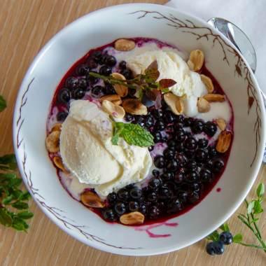 Vaniljeis med blåbær og peanøtter