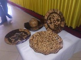 Ini contoh produk hasil kerjinan dari tempurung kelapa. dengan kondisi ini ini, tempurung yg dulunya limbah menjadi brang yang memiliki nilai ekonomis tinggi