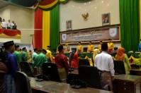 Pimpinan DPRD beserta segenap peserta Rapat Istimewa Milad Ke 52 Kab Inhil saat mengumandangkan lagu kebangsaan INDONESIA RAYA dengan penuh semangat