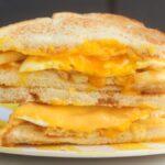 Celebre el día nacional de las patatas fritas apiladas en un sándwich de desayuno