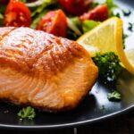 Deberías freír un poco de salmón