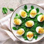 Cómo evitar que los huevos rellenos se deslicen por el plato