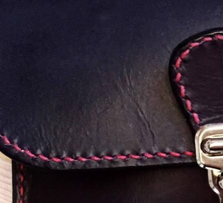 Astrid detalje rød tråd sort kernelæder med rødt foer fra Det Lille Læderi
