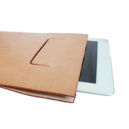 Håndsyet iPadpose i naturfarvet kernelæder.