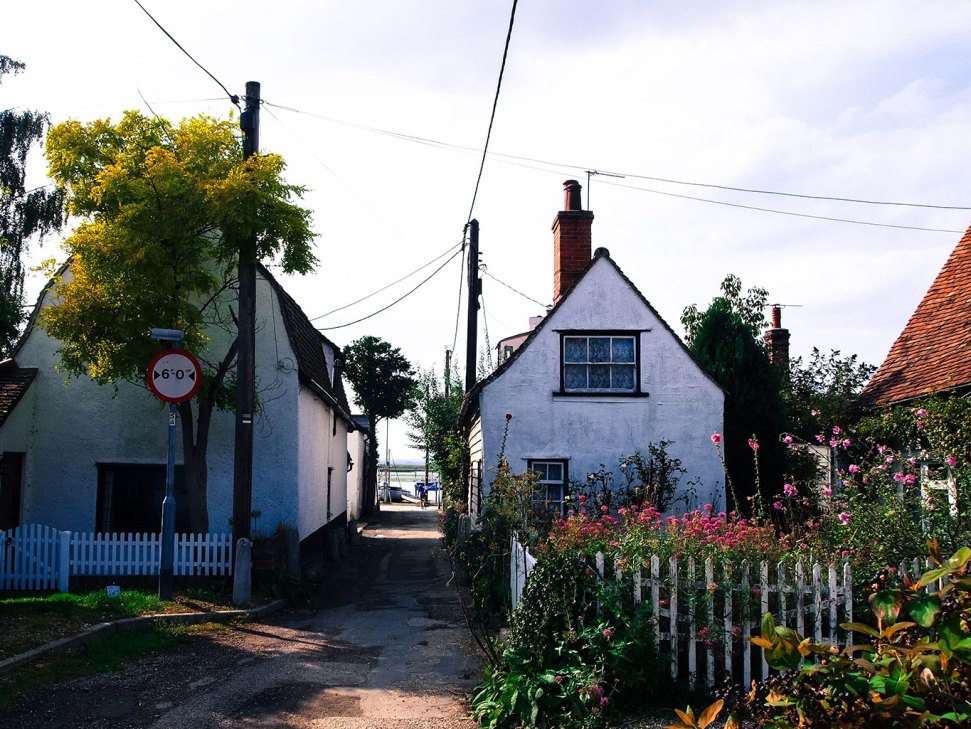 Mersea_island_road_to_the_sea