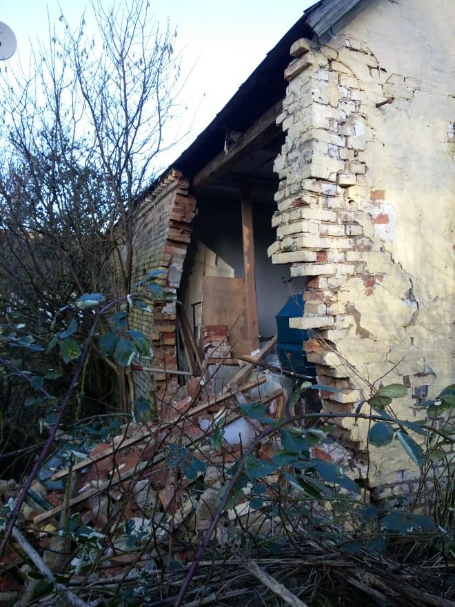 Udhuset med nedstyrtet væg