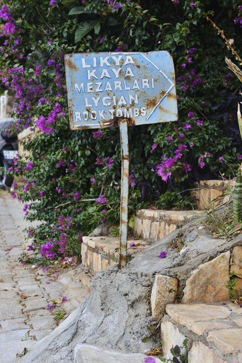 Skiltet opp mot noen av gravene.