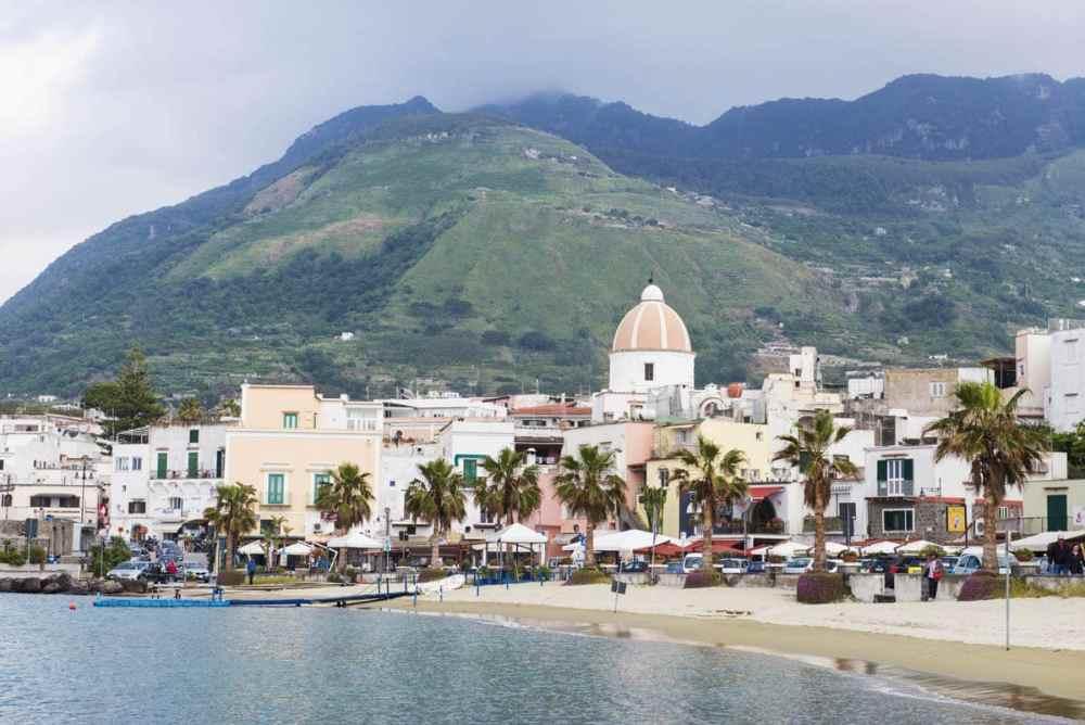 Strand i Forio på Ischia
