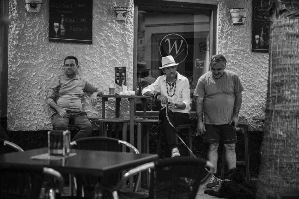 Folk på bar i Cadiz, Spania