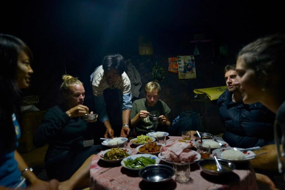 Middag på fotturen Kalaw-Inlesjøen