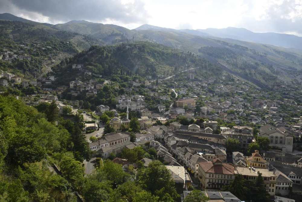 Gjirokastra i Sør-Albania sett fra borgen.