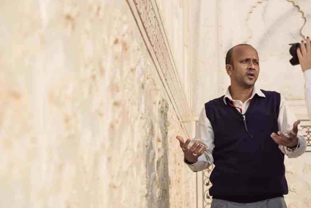 en guide ved Taj Mahal